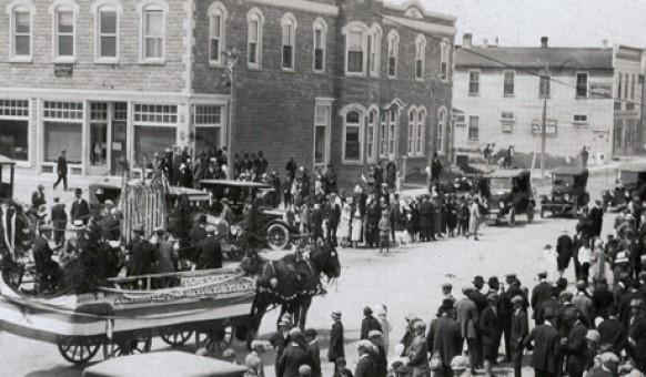 L'intersection de la rue Principale et de la 1re Avenue vers 1930.  SHA – Coll. Société d'histoire d'Amos