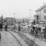 Groupe de travailleurs à la gare d'Amos en 1914.
