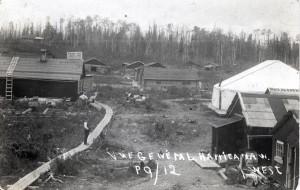 Vue générale des premiers camps sur la rive ouest. Avec le magasin Bénard & Smith en haut à gauche.