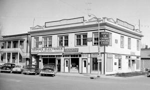En 1955, la bibliothèque paroissiale rouvre dans ses nouveaux locaux dans l'immeuble de la Caisse populaire. Plus de 4 000 volumes sont à la disposition de la population. Société d'histoire d'Amos - Fonds Studio Morasse/H. Dudemaine (1955)