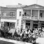 Parade de la St-Jean-Baptiste sur la 1re Avenue devant le Café Radio (ou Radio Café!) à Amos. Probablement dans les années '50. Société d'histoire d'Amos - Fonds Charles Hudon