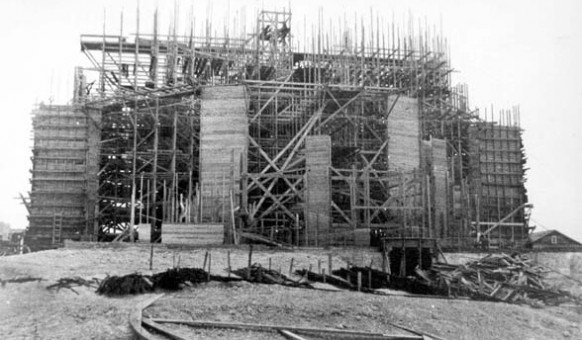 L'église Sainte-Thérèse-d'Avila en construction, 1922. SHA – Coll. Société d'histoire d'Amos