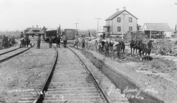 Un groupe de travailleur à la gare d'Amos. SHA – Fonds Pierre Trudelle