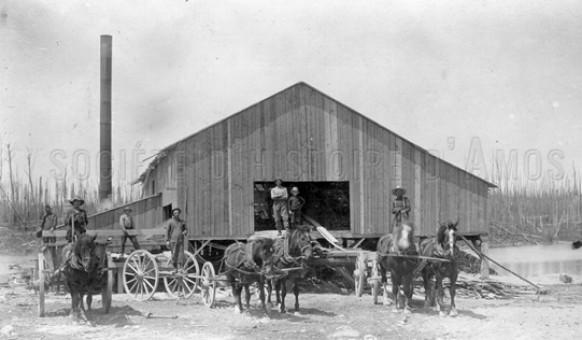 Des ouvriers devant la scierie Napoléon Paquette en 1914. SHA – Fonds Pierre Trudelle
