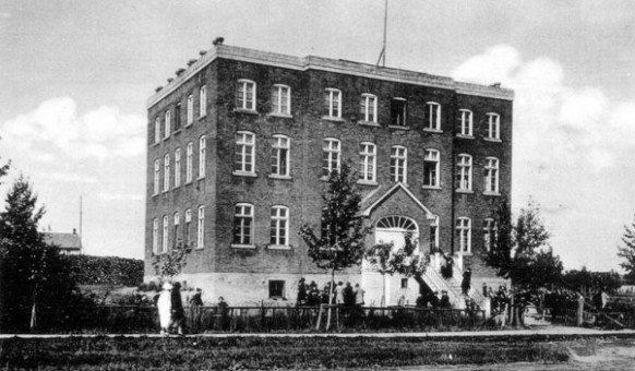 L'école Ste-Thérèse dans les années 1930. SHA – Fonds Paul-Édouard Lavoie