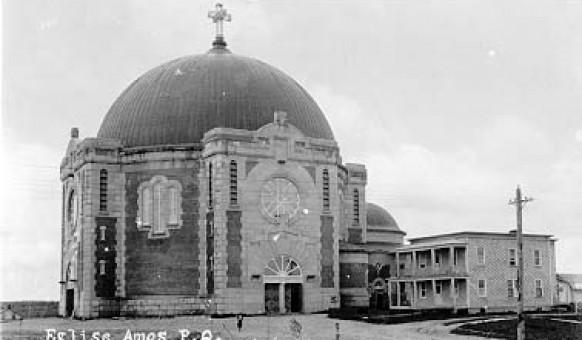 La cathédrale Sainte-Thérèse d'Avila et le presbytère en 1924. SHA – Fonds Bernard Cossette