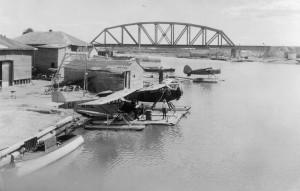 Les hydravions de la General Airways au quai du gouvernement sur le bord de l'Harricana dans les années 1930. SHA - Fonds Martin Trudel