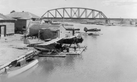 Les hydravions de la General Airways au quai du gouvernement sur le bord de l'Harricana dans les années 1930. SHA – Fonds Martin Trudel
