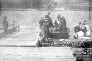 Le bac passeur reliant les deux rives en 1914. SHA - Fonds Pierre Trudelle.