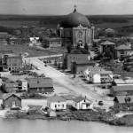 La cathédrale Sainte-Thérèse-d'Avila vers 1945. SHA – Coll. Ville d'Amos