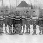 Le Club Harricana, champions 1938-1939, sur la patinoire. SHA – Fonds Lucippe Hivon