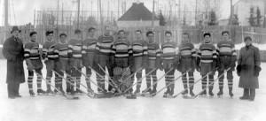 Le Club Harricana, champions 1938-1939, sur la patinoire.