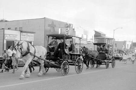Parade sur la 1<sup>re</sup> Avenue pour le 50<sup>e</sup> anniversaire de l'Abitibi en 1964. On aperçoit le Père Gédéon sur le char en avant. SHA - Fonds Studio Morasse / H. Dudemaine