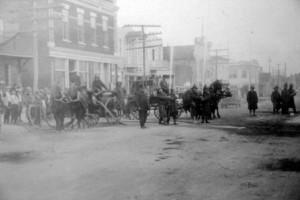 Les pompiers d'Amos sur la 1re Avenue dans les années 1920. SHA - Coll. Société d'histoire d'Amos