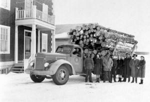 Un groupe devant un camion chargé de bois près de l'édifice administratif de la voirie, vers 1945. SHA - Fonds Jean-Jacques Martel
