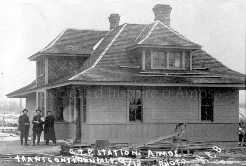 Trois hommes devant la gare d'Amos en 1913. SHA - fonds Société d'histoire d'Amos