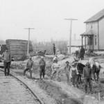 Groupe de travailleurs à la gare d'Amos en 1914. SHA - Fonds Pierre Trudelle