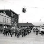 Parade de la Fanfare d'Amos lors du Jour du Souvenir sur la 1re Rue Ouest en 1961. Société d'histoire d'Amos - Fonds Studio Morasse / H. Dudemaine