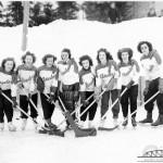 Équipe de hockey féminin «Chrysler» sur la patinoire à Amos dans les années 1930. SHA - Coll. SHA