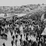 Inauguration du pont Desmarais en 1939. On y voit à droite le pont couvert de bois, servant alors de pont temporaire. SHA - Coll. Société d'histoire d'Amos.