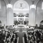 Cérémonie religieuse à l'intérieur de la cathédrale Sainte-Thérèse-d'Avila au milieu des années 1960. SHA – Coll. Société d'histoire d'Amos