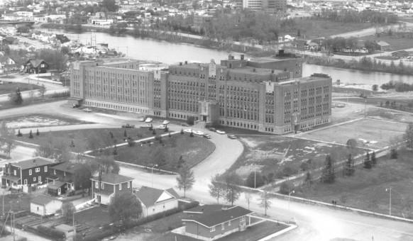 L'imposant centre éducatif des Soeurs de l'Assomption de la Sainte-Vierge en 1965.  SHA- Fonds Chambre de commerce d'Amos