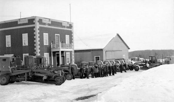 Le bureau du ministère de la Voirie du Québec en 1950. Ce site est occupé depuis 2008 par un complexe logeant Promutuel Assurance Boréale, la SAQ et le Centre dentaire Mayrand & Lacroix.  SHA – Fond Studio Morasse / H. Dudemaine